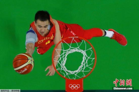 图为赵继伟上篮。