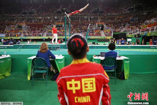手滑出局的理由,也许还能勉强安慰一下日本体操队长。但是中国体操小花范忆琳的成绩却是让很多人大跌眼镜。 作为去年的世锦赛高低杠金牌得主,上海小将范忆琳在正常完成全场公认最高难度的动作之后,她的完成分只有8.333分,而后面美国选手质量差不多的两套动作,成绩高出近1分,最终范忆琳排名第9无缘决赛。