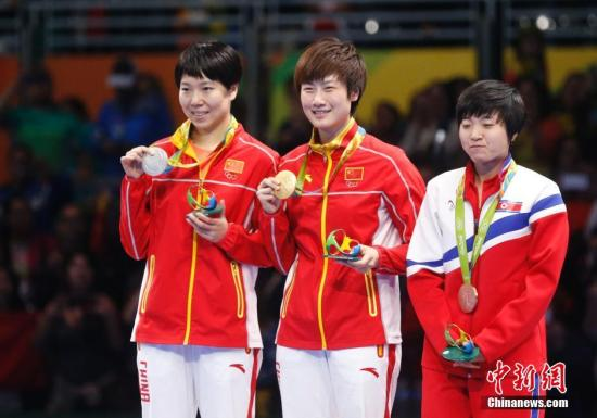 8月10日,里约奥运会乒乓球女单决赛在中国运动员内部展开,经过七局激烈的争夺,最终丁宁4-3战胜李晓霞获得冠军。图为颁奖仪式举行。<a target='_blank' href='http://www.china-fit.cn/' >中国体育网</a>记者 杜洋 摄