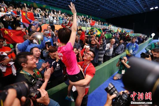 资料图:里约奥运会乒乓球女单决赛,丁宁在夺冠后被锻练抱起向全场支持她的球迷致意。 /p阳光在线记者 杜洋 摄