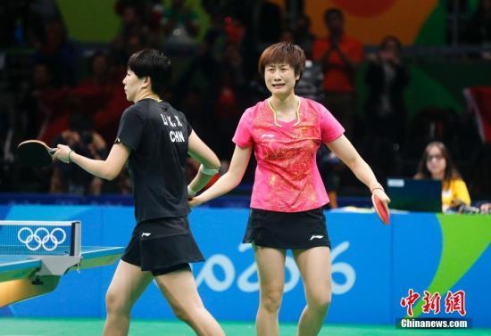 8月10日,里约奥运会乒乓球女单决赛在中鼎祚发动外部睁开,通过七局剧烈的抢夺,最后打发4-3打败李晓霞取得冠军。中新网记者 杜洋 摄