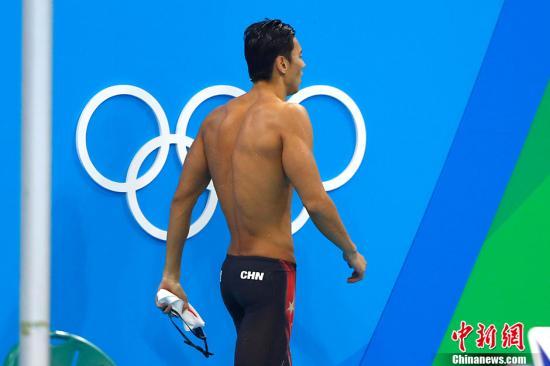 """本届奥运会,要问谁最受中国网民关注,宁泽涛绝对是不二人选。超高的颜值,超强的成绩,超棒的身材,被誉为""""国民老公的""""宁泽涛的每一场比赛都会吸引亿万人的眼球。然而""""包子""""的里约之路并非如国民意料的那么一帆风顺,从4*100米自由泳接力因队友犯规,首秀意外夭折,到100米自由泳预赛涉险过关,再到随后止步半决赛,""""老公""""落寞的身影不知刺痛了多少少女的心。记者 富田 摄"""