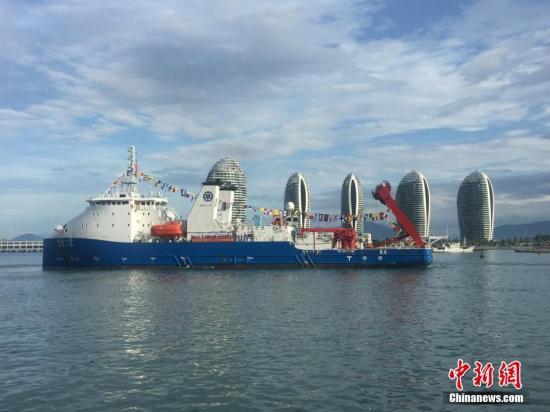 """资料图:中国4500米载人潜水器及万米深潜作业的工作母船""""探索一号""""科考船于三亚码头首航归来。中新社记者 董子畅 摄"""
