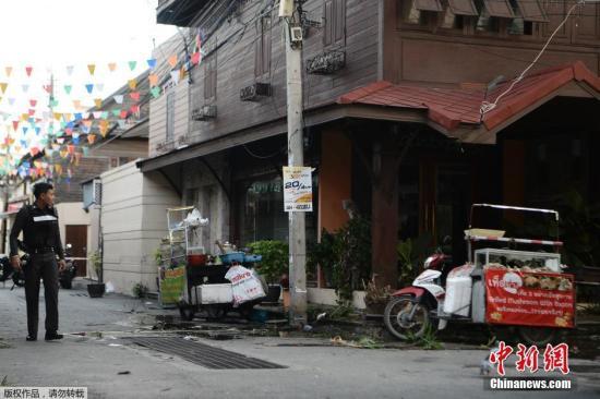 据报导,华欣的爆破事发在本地时刻11日晚10点,失事所在位于夜市,第一枚炸弹爆破,无人受伤。第二枚炸弹爆破形成1名泰国男子归天,多名本国人和泰国人受伤。
