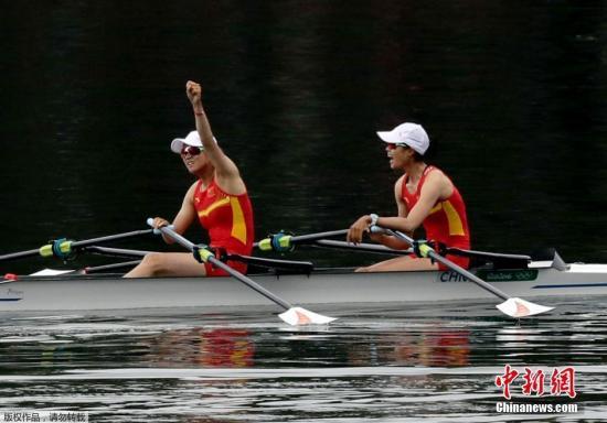黄文仪与潘飞鸿完结竞赛后庆贺。
