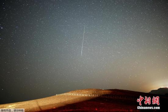 资料图 英仙座流星雨划过天幕,美丽壮观。