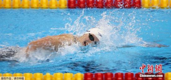 资料图:美国女泳将莱德茨基在比赛中。