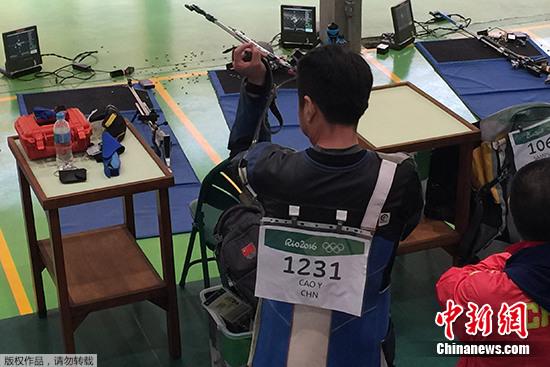 中国选手曹逸飞在比赛中。他总成绩为620.8,名列资格赛所有选手的第30名,无缘后面的决赛。 <a target='_blank' href='http://www.chinanews.com/' >中新网</a>记者 宋方灿 摄