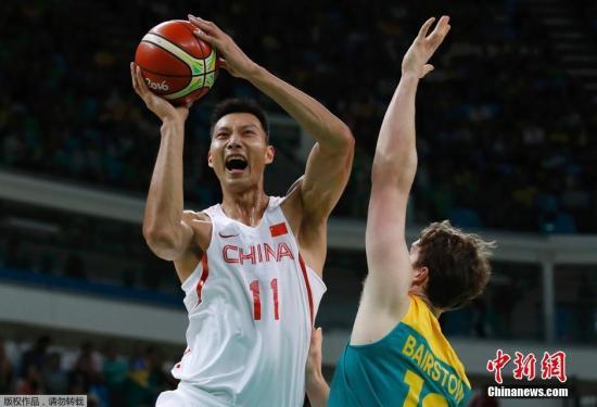 本地时刻8月12日,里约奥运会男篮小组赛第4轮,国家男篮68-93不敌澳大利亚队,遭逢4连败,小组出线仅存实践能够。图为易建联在竞赛中。