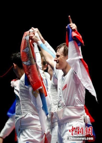 本地时刻8月12日,里约奥运会击剑女子花剑集体赛里,俄罗斯队在金牌大战里45-41打败法国,篡夺金牌。中新网记者 杜洋 摄