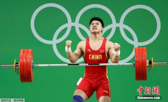 8月12日,在里约奥运会女子举重85千克级的竞赛中,中鼎祚发动田涛再为国家代表团添加一枚银牌。图为田涛在抓举竞赛中。