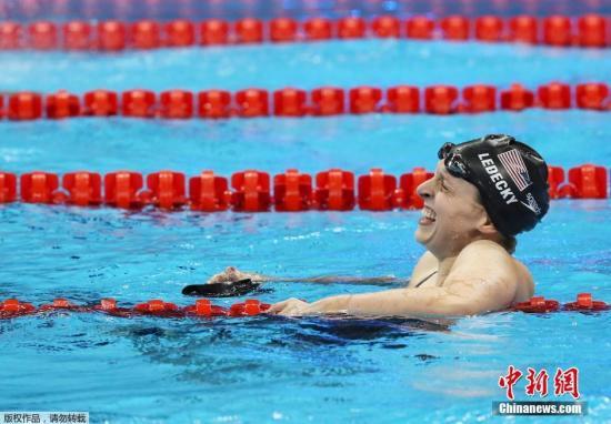 资料图:2016里约奥运会女子800米自由泳决赛中,美国名将莱德基游出8分04秒79,打破世界纪录,获得金牌。