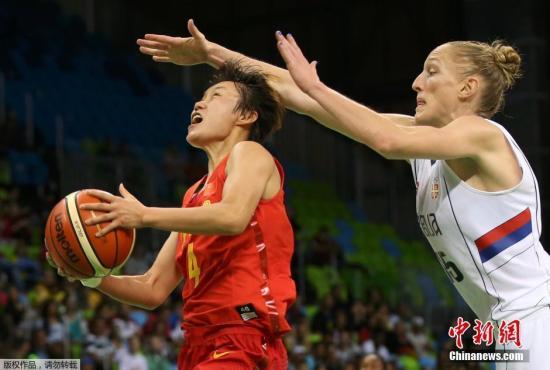 本地时刻8月12日,里约奥运会女篮小组赛,国家女篮72-80不敌塞尔维亚队,小组赛成果1胜3负。图为国家女篮队员赵志芳上篮。