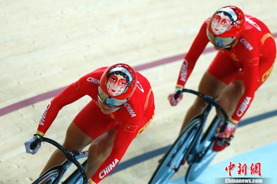 当地时间8月12日,里约奥运会场地自行车女子团体竞速赛,由宫金杰和钟天使组成的中国队骑出56.376千米/小时的平均速度,用时31秒928,打破世界纪录,将竞争该项目金牌。<a target='_blank' href='http://www.chinanews.com/' >中新网</a>记者 富田 摄