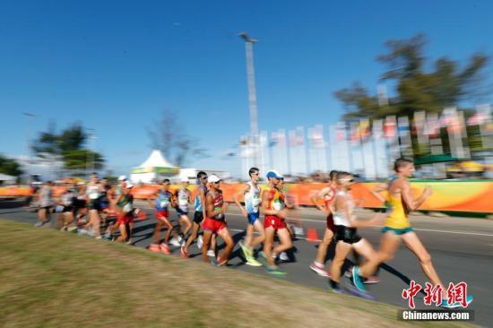本地时刻8月12日,里约奥运会女子20千米赛跑决赛在蓬塔尔海滩公路举办。国家选手陈定、蔡泽林、王镇加入竞赛。国家选手王镇以1小时19分14秒夺得金牌,蔡泽林摘下银牌。中新网记者 盛佳鹏 摄