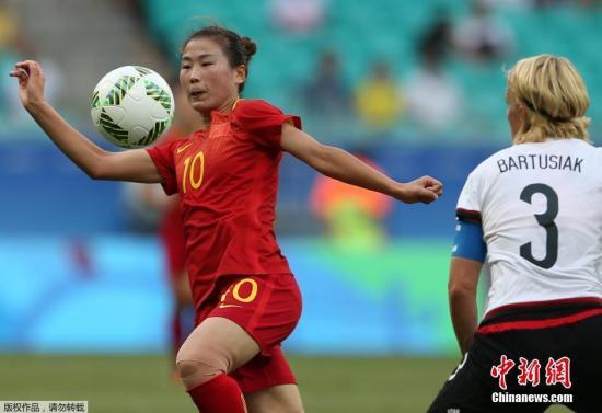 本地时刻8月12日,2016里约奥运女足1/4决赛,国家女足以10人对阵德国。下半时国家队王霜点球罚失,最后以0:1惜败德国无缘四强。图为杨丽停球。