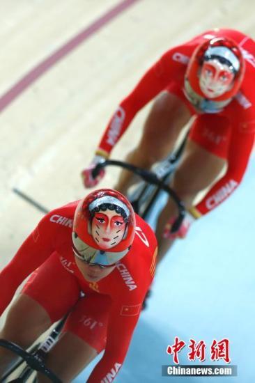 资料图:里约奥运会场地自行车女子团体竞速赛,由宫金杰和钟天使组成的中国队以32秒107夺取金牌。 记者 富田 摄
