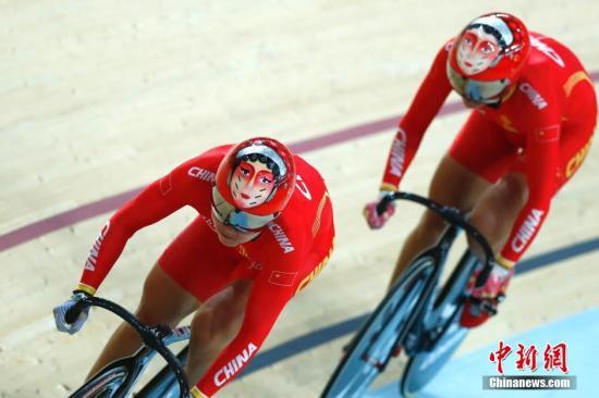 本地时刻8月12日,里约奥运会园地自行车男子集团竞速赛,由宫金杰和钟天使构成的国家队以32秒107篡夺金牌。图为国家队在竞赛中。中新网记者 富田 摄