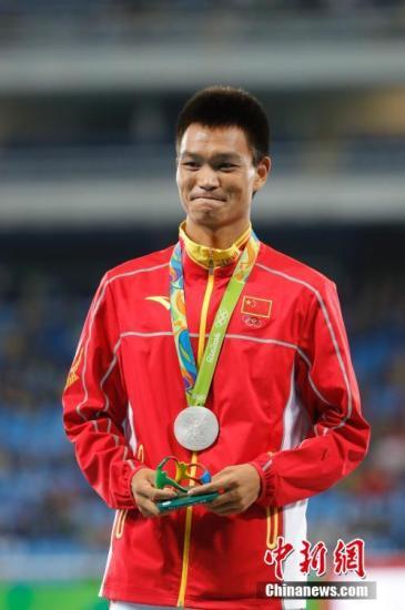 当地时间8月12日,里约奥运会男子20公里竞走颁奖仪式在里约奥林匹克体育场举行,中国选手蔡泽林获得银牌。记者 盛佳鹏 摄