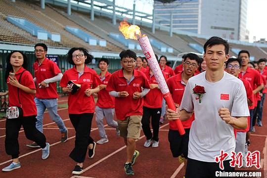 劳义在2010年亚运会百米飞人大战问鼎。(资料图:劳义。/p中新社记者 泱波 摄)