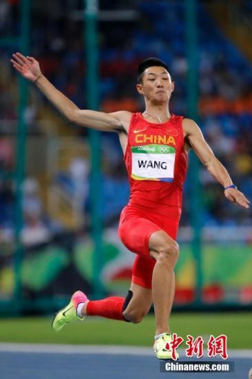 当地时间8月13日,2016里约奥运会男子跳远决赛中,中国选手王嘉男最好成绩仅为8米17,排名第5,无缘奖牌。中新网记者 盛佳鹏 摄