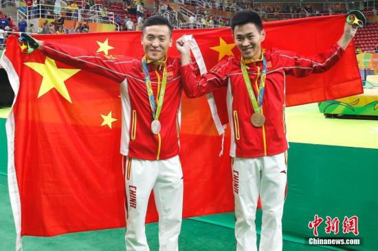 当地时间8月13日,在里约奥运会男子蹦床决赛中,中国选手董栋以60.535分摘得银牌。另一位中国选手高磊以60.175分摘得铜牌。记者 富田 摄