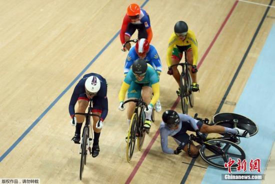 本地时刻8月13日,2016里约奥运园地自行车男子凯琳赛,选手遭逢磕碰摔出赛道。
