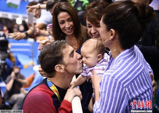 陪着他参加里约奥运会的不止有他的母亲,还有他美丽的老婆和2个月大的儿子,菲尔普斯在领奖后第一时间亲吻自己的儿子。