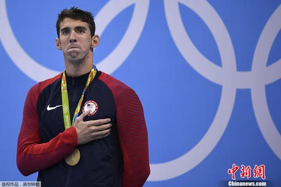 """当地时间2016年8月11日,里约奥运会男子200米混合泳的颁奖仪式上,菲尔普斯眼泛泪光,这是他的第22枚奥运会金牌,尽管早就是奥运会上升国旗奏国歌最多的选手,但菲尔普斯称,""""站在领奖台上看着国旗升起,听到国歌奏响,那感觉太美妙了,每一次我感觉到泪水的涌出。说实话我没听够,我想今后离开泳池,我一定会怀念这一幕""""。"""