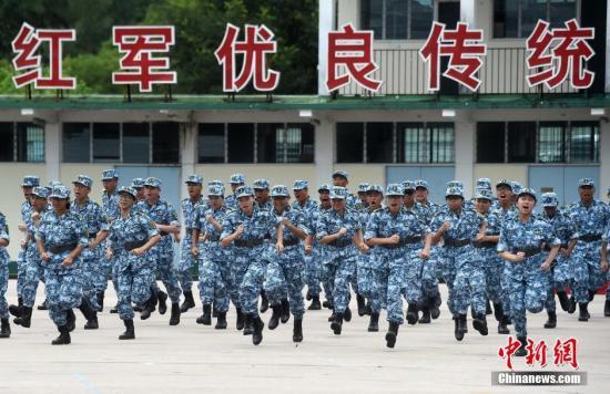 资料图:2016年8月14日,第六届香港大学生军事生活体验营在驻港部队新围军营举行结业典礼。 中新社记者 张宇 摄