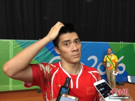 当地时间8月15日,里约奥运会羽毛球男双1/4决赛,中国组合傅海峰/张楠2:1逆转韩国组合金基正/金沙朗,成功晋级半决赛。图为中国选手傅海峰赛后接受采访时,露出搞怪的表情。 <a target='_blank' href='http://www.chinanews.com/' >中新网</a>记者 卢岩 摄