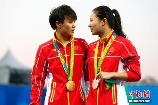 当地时间8月14日,2016里约奥运女子三米跳板决赛,中国选手施廷懋夺得金牌,何姿屈居亚军。记者 富田 摄