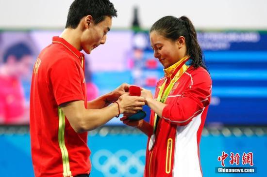 当地时间8月14日,2016里约奥运女子三米板决赛赛后,中国跳水运动员秦凯向刚刚获得银牌的何姿求婚。记者 富田 摄