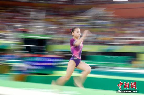 本地时刻8月14日,2016里约奥运会体操单项竞赛睁开抢夺。在男子跳马决赛中,国家选手王妍最后排名第五,无缘奖牌。图为王妍在竞赛中。中新网记者 盛佳鹏 摄