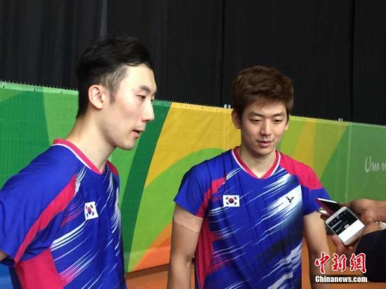 里约奥运羽毛球男双1/4决赛,韩国羽毛球名将、头号种子李龙大(右)爆冷止步里约奥运八强。/p记者 卢岩 摄