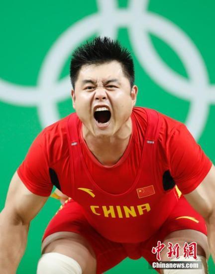 当地时间8月15日,2016里约奥运会男子举重105公斤级比赛中,中国选手杨哲以抓举成绩190公斤,挺举成绩225公斤,总成绩415公斤,获得第四名。记者 杜洋 摄