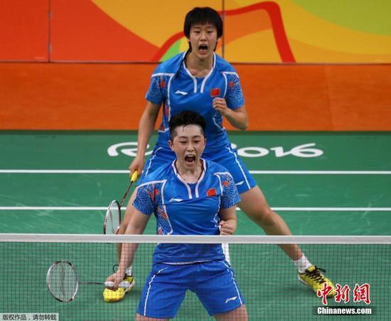 中国组合于洋/唐渊�s(蓝)在比赛中。