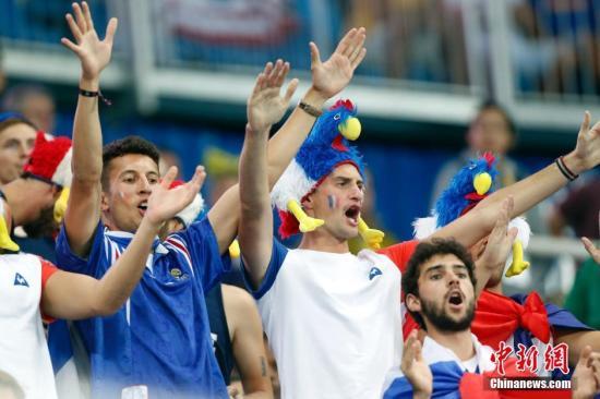 当地时间8月15日,里约奥运会男子撑杆跳决赛,比赛现场的观众。<a target='_blank' href='http://www.chinanews.com/' >中新网</a>记者 盛佳鹏 摄