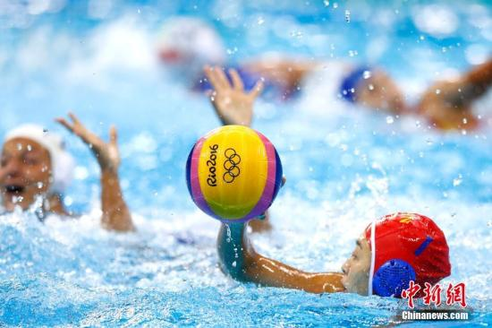 当地8月15日晚,里约奥运会女子水球四分之一决赛开战,小组赛三场全败的中国女队(蓝帽)7:12不敌意大利队,未能创造奇迹,无缘奥运会四强。记者 富田 摄