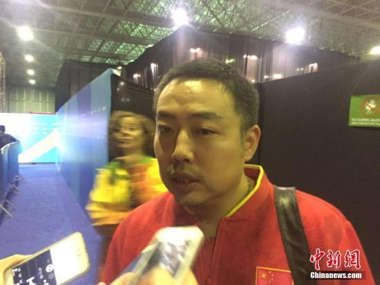 当地时间8月15日,2016里约奥运乒乓球男子团体半决赛,中国队3-0战胜韩国队。图为刘国梁赛后接受采访。<a target='_blank' href='http://www.chinanews.com/' >中新网</a>记者 王曦 摄