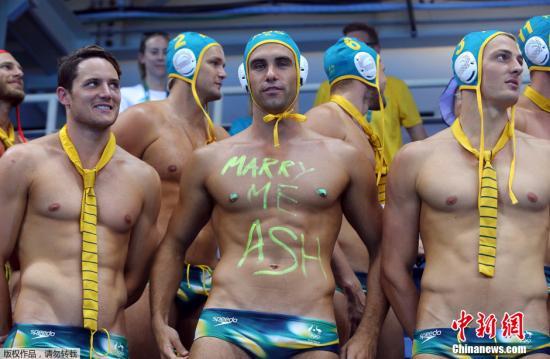 当地时间8月15日,女子水球赛场,一群肌肉男出现在场边为队友加油,完美身材一览无遗。