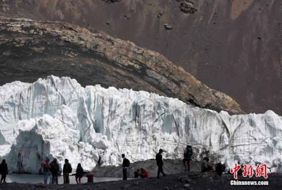 当地时间2018-12-17,秘鲁瓦拉斯,Pastoruri冰川附近的瓦斯卡兰国家公园泻湖。气候变暖导致秘鲁Pastoruri等冰川逐渐融化,冰川下坡附近35英里(约55千米)的城市,包括瓦拉斯等,都面临着被冰湖溃决洪水淹城的威胁,冰湖溃决洪水通常是由谷底冰川在冰雪融化水的重压冲击下溃决而引发。