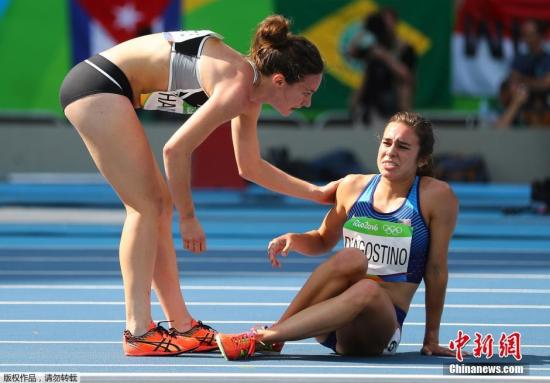 本地时刻8月16日,奥运田径赛场男子5000米榜首轮竞赛中,呈现了让人打动的一幕。在竞赛进程中,美国选手Abbey D'Agostino腿部呈现了抽筋情况而苦楚不已。她阁下赛道的新西兰选手Nikki Hamblin见状,立即停下了本人的竞赛历程,过去帮扶这位蒙受抽筋苦楚的竞赛对手。