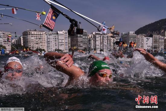 本地时刻8月15日,里约奥运会公布水域泅水竞赛中,列国锻练在竞赛途中为静止员停止食品补给,在配置好的沉没渠道上伸杆酷似垂纶。公布水域泅水竞赛间隔长达10千米,静止员在竞赛中获得能量必不成少。