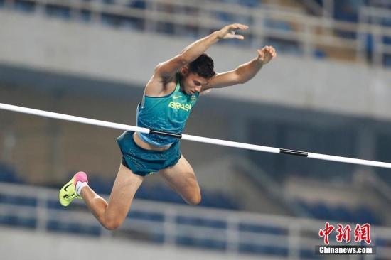 当地时间8月15日,在里约奥运会男子撑杆跳决赛,巴西小将以6米03的成绩打破奥运会纪录夺冠。<a target='_blank' href='http://www.chinanews.com/' >中新网</a>记者 盛佳鹏 摄