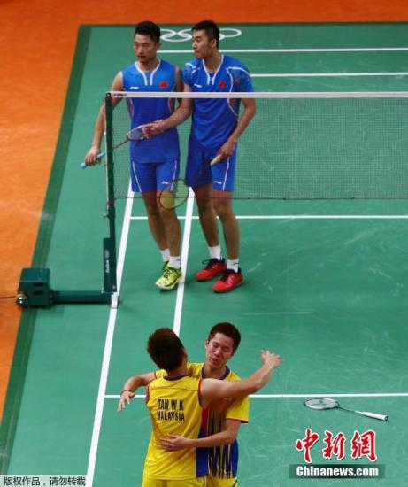 当地时间8月16日里约奥运会羽毛球男双半决赛结束一场焦点之战中国组合柴飚/洪炜以1-2(18-21、21-12、17-21)不敌马来西亚组合吴伟升/陈伟强无缘决赛。