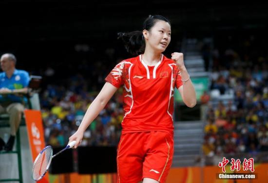 当地时间8月16日,里约奥运羽毛球女单1/4决赛,卫冕冠军、中国选手李雪芮,对阵泰国选手蓬迪-布拉那巴硕,直落两局以21-12和21-17获胜,晋级四强将对阵西班牙世界排名第一的马林。<a target='_blank' href='http://www.chinanews.com/' >中新网</a>记者 杜洋 摄