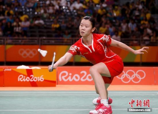 当地时间8月16日,里约奥运羽毛球女单1/4决赛,卫冕冠军、中国选手李雪芮,对阵泰国选手蓬迪-布拉那巴硕,直落两局以21-12和21-17获胜,晋级四强将对阵西班牙世界排名第一的马林。图为李雪芮在比赛中。<a target='_blank' href='http://www.chinanews.com/' >中新网</a>记者 杜洋 摄