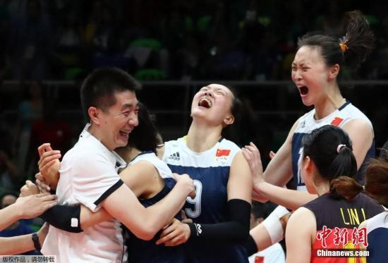 北京时间8月17日上午9时15分里约奥运会中国女排在1/4决赛中中国女排经过5局苦战3-2战胜东道主、卫冕冠军巴西队晋级四强。