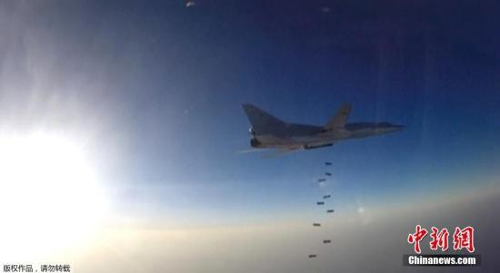 """当地时间8月16日,叙利亚领空,俄罗斯空天部队远程战略轰炸机图-22M3对""""伊斯兰国""""及""""努斯拉阵线""""等极端组织位于阿勒颇、代尔祖尔以及伊德利卜省的目标展开空袭。这是俄罗斯空天部队首次从伊朗的哈马丹空军基地起飞空袭极端组织目标。"""